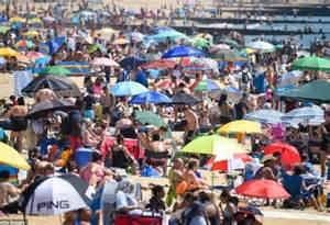 英国学校警告:避免海滩度假