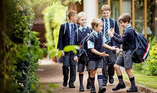 放学时的英国学生.jpg